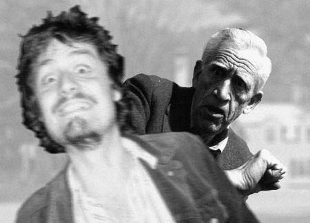 Christian Luscher springt vor die Kamera eines Paparazzo, der ein Bild von J. D. Salinger machen möchte (September 2009).